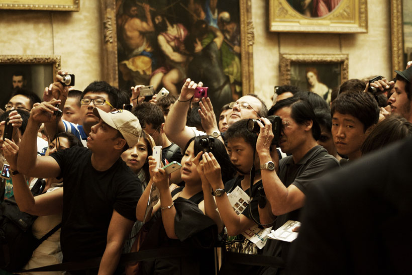 Crowds queue for a glimpse of the Mona Lisa
