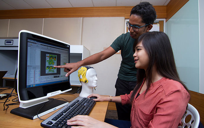 Students in neurobusiness lab